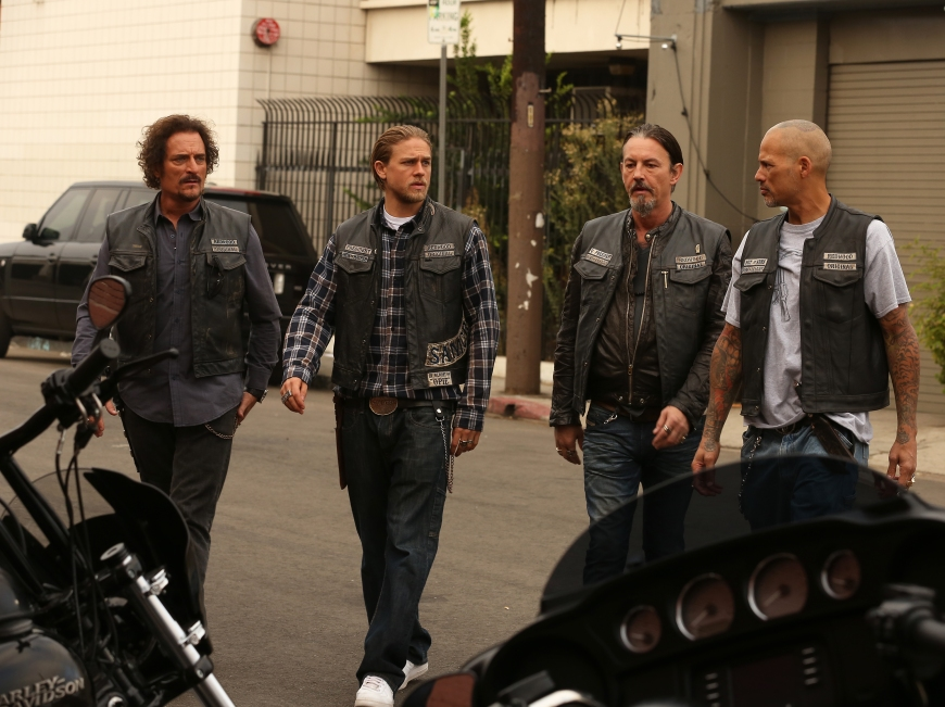 "SONS OF ANARCHY -- ""Red Rose"" -- Episode 712 -- Airs Tuesday, December 2, 10:00 pm e/p) -- Pictured: (L-R) Kim Coates as Tig Trager, Charlie Hunnam as Jax Teller, Tommy Flanagan as Chibs Telford, David Labrava as Happy. CR: Byron Cohen/FX"